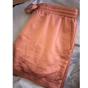Fine koralfarvede shorts - kun brugt enkelte gange