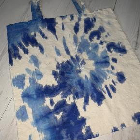 Tie dye net (hjemmelavet) Kan godt laves flere i de farver i gerne vil have🥰 Tag den for 115kr (da selve nettet og tiedye farverne har kostet en del :)) SKRIV TIL: @matilde_gron på insta for at bestille en anden farve❤️