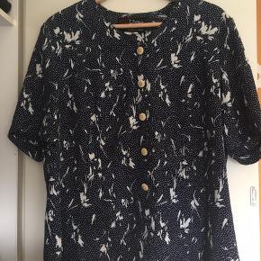 Vintage skjorte-bluse med mønster. Fin stand. Str er ukendt men umiddelbart vil jeg tro det er en M-L
