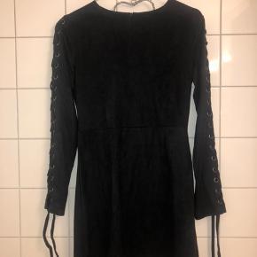 Str. 38, men passes af str. Small. Sort ruskind kjole med snor.  Aldrig brugt.   📦kan sendes mod betaling  💰betaling kontant eller MobilePay