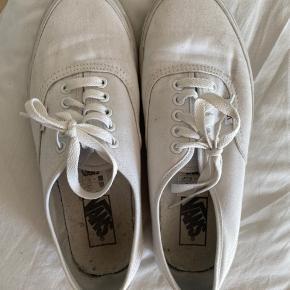 Vans Sneakers 🤍  Str 40   Fin stand - kan ses de er brugt pga farven