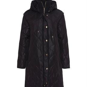 Smukkeste vinter frakke, i sort fra Heartmade. Helt ny med hangtag. Er i forretningerne nu til 3499; Sælges kun fordi jeg ønsker den i en anden farve. Sender gerne flere billeder 🍂🌸
