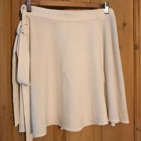 Hvid slå-om-nederdel str M/L Længde: over knæet.