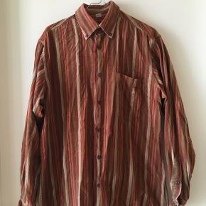 Lækker velour vintage skjorte med striber. Jeg har brugt den selv til nederdele, men det er egentlig en herremodel og lidt stor til mig. Gætter på str svarer til en medium.
