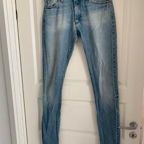 Passer str. S-M, 36/38 Længden på buks hedder 28W/34L  Der er let slid ved knappen og på læder mærket, men buksen har kun været brugt få gange:) så evt. billeder   Giv gerne et realistisk bud:)