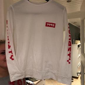 Varetype: Bluse Farve: Hvid,Rød  Fin bluse med rød skrift ned langs armene