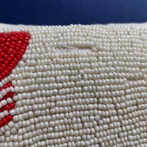 Virkelig fin perlepude købt i beau marché i København. To steder hvor der er faldet få perler af (se billeder)