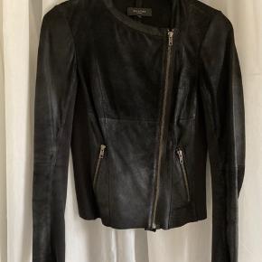 Fin tynd læderjakke fra Selected Femme.  Læderet har et shiny udtryk. Der er rib stof på inderærmer og i siden af jakken.  Materialer:  100% læder  100% bomuld