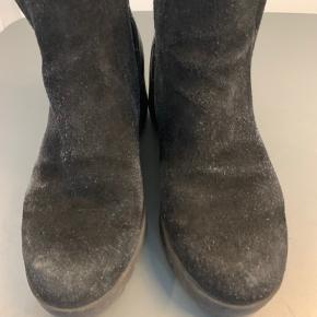 Korte sorte ruskindsstøvler. Med elastikpaneler i begge sider for bedre komfort. Hælkappe er i sort læder. Chunky blokhæl på 6cm og 2 cm plateau foran. Gode og stabile.   #Secondchancesummer
