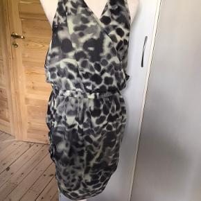 Smuk army inspireret kjole fra Designers remix - i perfekt stand.