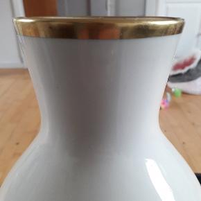 Smuk vase. Ingen skår eller slid.  Højde 29 cm Diameter 9 cm
