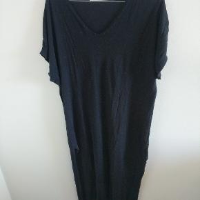 Fin lang kjole med slids i siden, for neden. Er nærmest som urørt. Kom med et bud 👍