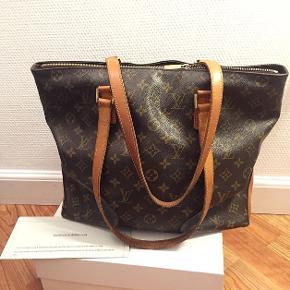 Sælger min Louis Vuitton taske, i modellen Cabas mezzo. Standen er super fin!  Det eneste jeg har på tasken, er et ægtehedsbevis, som selvfølgelig medfølger! ☺️