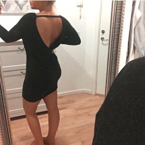 • Mørkegrå kjole fra Moss Copenhagen med nedringet ryg  • Kun brugt to gange • Str. 38    • Sender med DAO (køber betaler fragt)