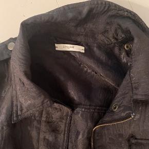 Jarquard vævet marineblå jakke med påsyet lommer på front. Er i god stand. Næsten ikke brugt.  100% cotton