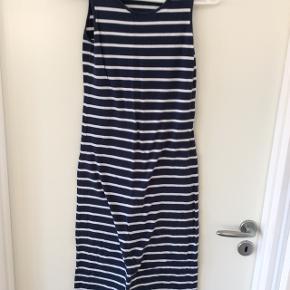Fin lang kjole, blå med hvide striber.