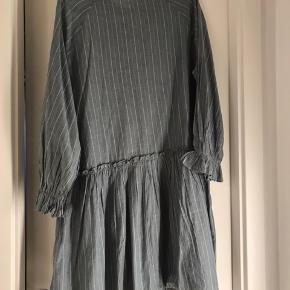 Aldrig kommet i brug, fin kjole i str oz, bomuld, grå/grøn med striber. Vil mene den kan passes af 36-40. Sidste foto er samme kjole i en anden farve (ikke til salg).