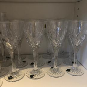 12 intakte hvidvins krystalglas fra Bohemia