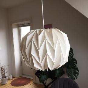 Gammel Le Klint lampeskærm. Giver et super hyggeligt lys over fx spisebordet. Der er desværre to mindre flænger i. Model 157 str small.