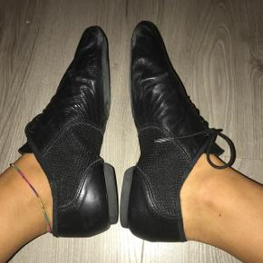 Chaussons / basanes de danse / gymnastique noires DOMYOS, talon un peu renforcé et talon d'un centimètre