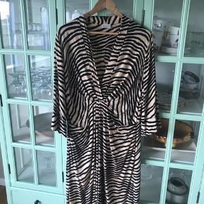 Meget smuk og slankende kjole i silke.  Brugt 1 enkelt gang Kan bruges af  str 42-46