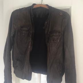 Meget fin jakke i super blødt skind. Synes den er lidt lille i str