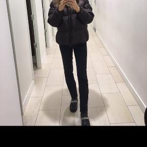 Sælger denne mega fede jakke fra H&m. Standen er god men brugt men jakken fremstår i rigtig fin stand.  Skriv gerne for flere billeder og Byd også meget gerne☺️