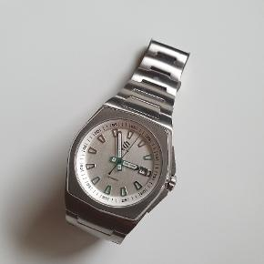 Seals Watch Co's Model A herre ur  Flot hvid/sølv farve Højkvalitets 316L rustfrit stål base + lænke Uret er automatisk/mekanisk med et  Miyota 9025 urværk Limited edition nr. 95 ud af 100 Top stand 10/10 Alt OG medfølger + en håndlavet læder travel roll med plads til 3 ure (ses i billede 5)  Specs: Case width: 41.00mm Case thickness: 12.20mm Lug to lug: 51.00mm Water resistance: 10ATM / 100 meters Sapphire crystal: 2.5mm, with anti-reflective coating on the inside