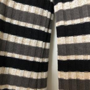 Langærmet bluse, med striber i sort, sand, grå og guld. Superfin  Er str 38, M  Sælger meget andet - se mine mange annoncer