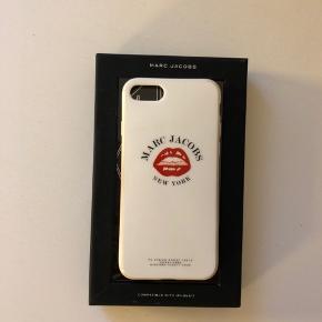 MARC JACOBS  Super cool IPhone 7 cover, med statement logo. Den er super feminin med de røde læber på den hvide farve.   • Farve: Hvid • 100% plast og gummi • Passer en IPhone 7  Købt i marts måned, fejler intet udover få brugsspor som ikke kan undgåes, når det er lavet af plast. Kasse medfølger selfølgelig  Afhentes 8000 Aarhus C  Eller sendes med Dao for 38kr.