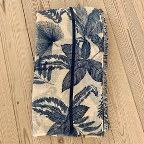 Stort tørklæde brugt 3-4 gange