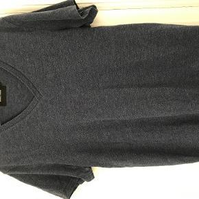Mørk blå t-shirt. Næsten ikke brugt. Pris eksklusive fragt.  Bytter ikke.