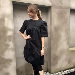 Super fin kjole. BEMÆRK: kjolen er blevet lagt op hos en professionel skrædder, og længde måler 83,5cm! Se billeder.  Materiale: 100% bomuld. Mål str. 32: Bryst 43,5cm, ærmelængde 34,5cm, længde 83,5cm.  Nypris: 1300kr.