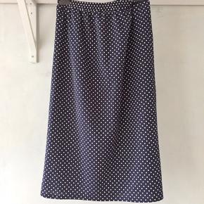 Prikket nederdel i stræk - med elastik i livet. Fra ca 1980. Polyester.  Se også mine mange andre sager. Jeg giver gerne mængderabat.  #Secondchancesummer