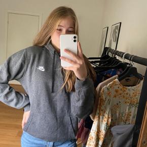Super hoodie fra nike  Størrelse S men passes også af M