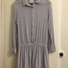 Gannikjole. Prisen afspejler en lille plet (se billede), men man ser den ikke, når man bruger kjolen pga. den måde som stoffet bevæger sig på.