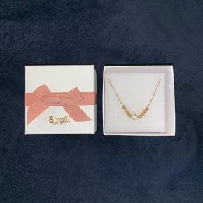 Sælger denne super søde halskæde i guld  Nypris var 15€ svarende til 112 DKK Prisforslag: 55 DKK  Æsken medfølger   Kom gerne med et bud eller spørg for mere information 😊  Kan sendes idag 🎁🛍