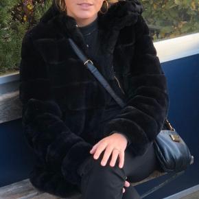 Lækreste faux fur jakke- Fra Samsøe & Samsøe!   • Med hætte • Brugt i 1 sæson • Sælges da jeg ikke får den brugt • Kan afhentes i Aalborg eller sendes for købers regning • NP: 1500kr • MP: 700kr  #trendsalesfund