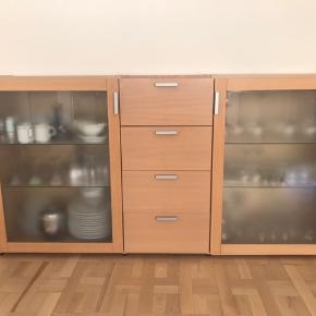 Flot skænk fra Hammel Furniture med 2 glaslåger i frostet glas og 4 skuffer i egetræs laminat. Med indbygningslys. Måler: 180 x 40 x 95