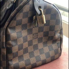 Louis Vuitton speedy 30 til salg.  Kvittering haves ikke længere, den er købt i flagskibsforretningen i Paris.  Den er blevet brugt minimalt og har derfor få brugsspor.   Hængelås, begge nøgler og dustbag medfølger. 🙂   Jeg er åben for realistiske bud.