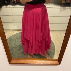 Smukkeste vera Mont pink lang nederdel, bliver lukket med lynlås bagi, helt perfekt til nytår de kommende julefrokoster eller til hverdag med en strik over 💕