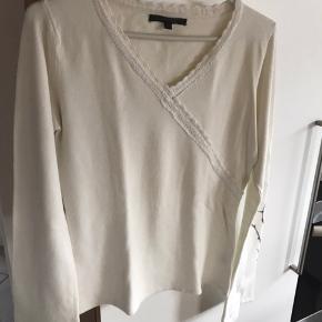 Smuk off White bluse den er ny men uden tags har aldrig fået brugt den  Kun prøvet den så den må videre  Den er super flot😊😊
