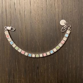 flot unikt tennisarmbånd  fra Dyrberg Kern i guld i modellen Cone. Jeg har selv lavet designet med stenene. Andre farvekombinationer kan laves