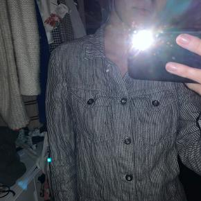 Fed rustik jakke, men mindre malerpletter, men det bemærkes ikke tydeligt. Pris sat herefter