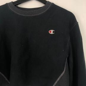 Mega fed cropped Champion sweatshirt i str S :) Sweatshirten er købt i Champion butikken - og den er købt cropped ;) Så den er ikke klippet i!