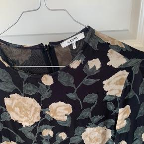 Ganni kjole. Sælges kun da den er blevet for kort :(