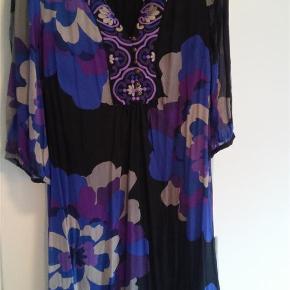 Varetype: kjole / silkekjole Farve: Se foto Prisen angivet er inklusiv forsendelse.  Smuk foret silkekjole fra Monsoon i skønne farver.  Brystvidde: 50 x 2 Længde: 90 cm