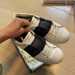 Valentino sneaker  Cw: White/navy Str: 41.5 fitter 42.5 OG: alt medfølger Cond: god men brugt (en smule repaintet)  Nypris: omkring 3500 DKK Modtager bud fra: 1400 DKK