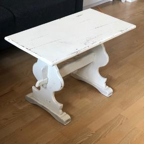 Romantisk sofabord. Måler ca. 73x39 Højde ca. 50