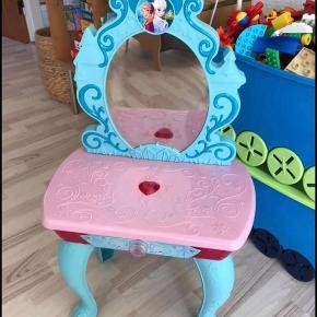 Elsa bord med spejl. Spejlet spiller musik og lyser op med billeder af Elsa og Anna, når man trykker på knappen 🥰 Byd - penge går til min datter